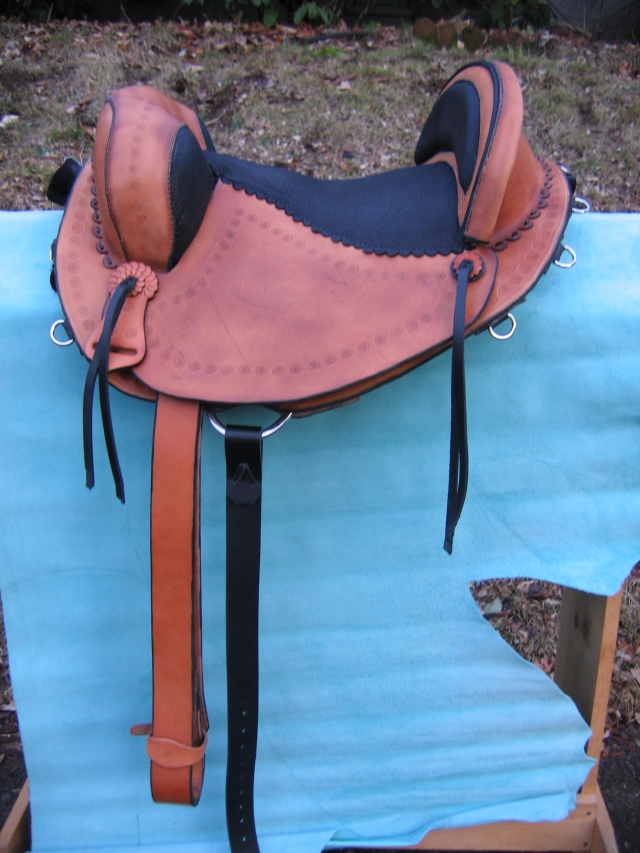 trail saddle, padded cantle, leathers forward